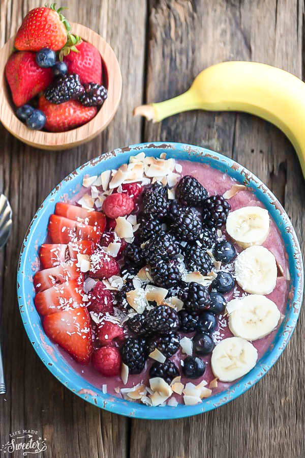 Mixed-Berry-Detox-Smoothie-Bowls-make-the-perfect-healthy-breakfast